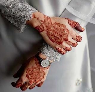 عروسة على يدها نقش حنا