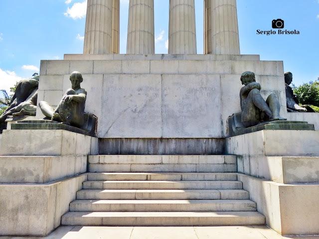 Monumento a Ramos de Azevedo (base - lateral direita) - Descubra Sampa