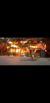 Incendio reduce a cenizas tres viviendas en Peñón, Barahona