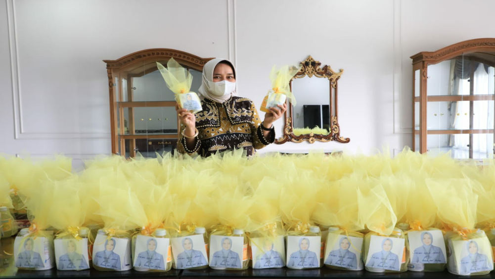 Jumat Barokah, Riana Sari Arinal Bagikan Minuman Sehat untuk Tenaga Medis Rumah Sakit
