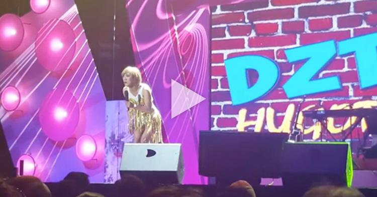 """Ate Gay singing her mashup hits at the """"Comikilig: Panahon ng May Tama"""""""