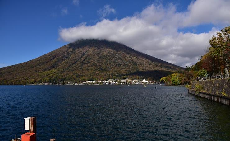 中禅寺湖を縁取りしている日本百名山の一つ男体山