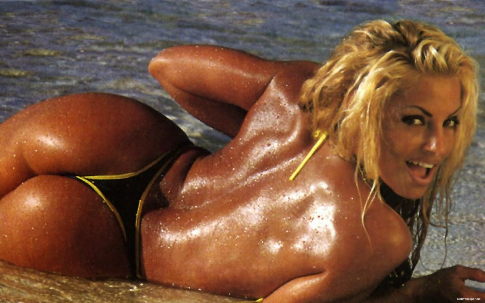Trish Stratus flashes her ass