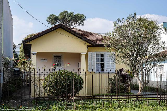 Casa pintada de amerelo, muito simpática