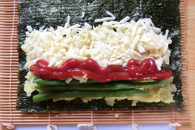 【ケチャップ入り】 じゃがいも、チーズ、いんげんの上にケチャップを垂らしてから巻きます。