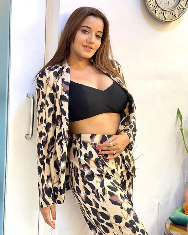 Monalisa flaunts ample cleavage in skimpy black bralette paired with patterned blazer and pants.