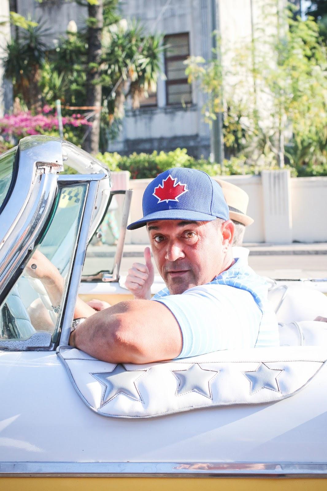 Chauffeur Cubain d'une belle voiture Américaine à la Havane