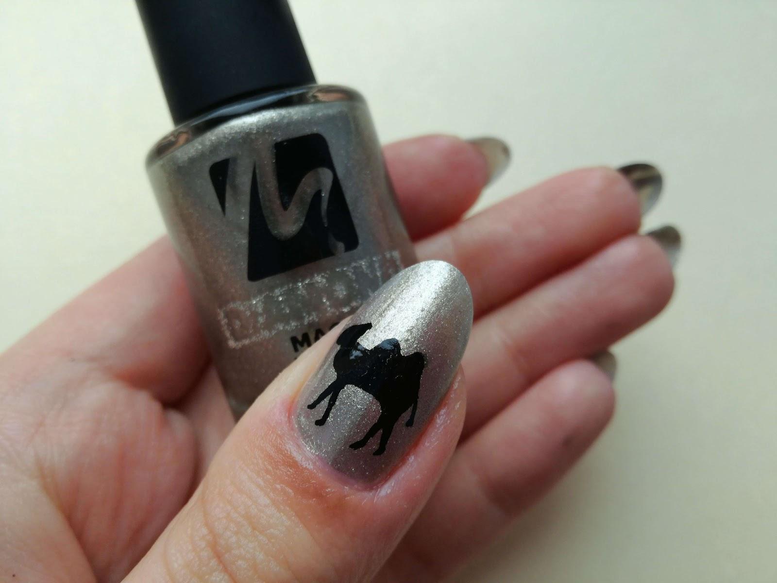 wielbłąd na paznokciu