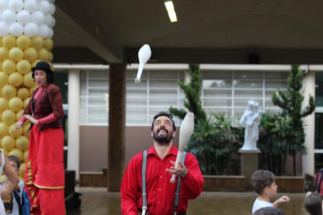 Atração circense malabarista para eventos da semana das crianças.