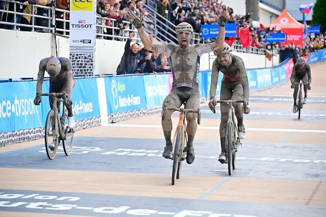 Sonny Colbrelli vibra após cruzar linha de chegada e vencer o Paris-Roubaix