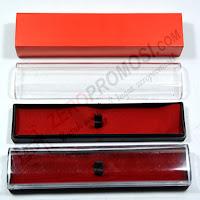 Kotak pulpen merah lapis beludru