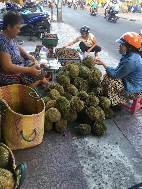 Sầu riêng đại hạ giá ở vỉa hè Sài Gòn, vì sao?