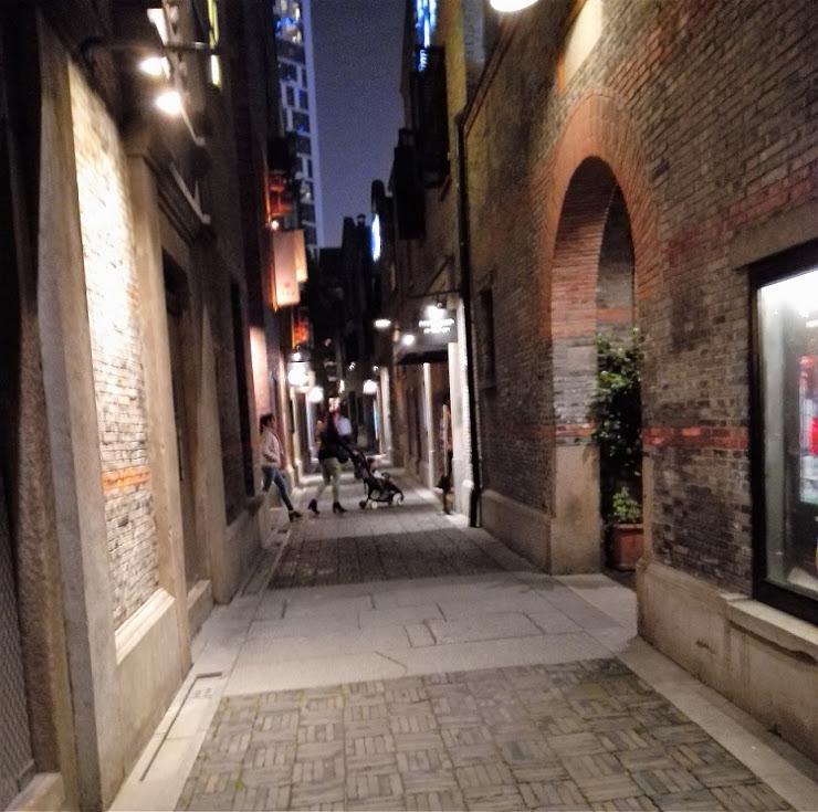 狭い路地には料理店などがある