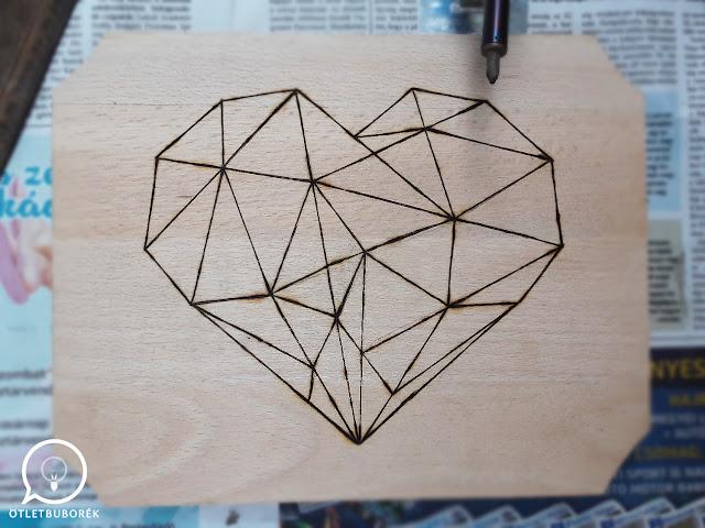Pirográffal készült vágódeszka geometrikus szív mintával