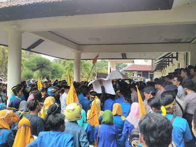 Tolak Impor Garam Aktivis PMII bersama Penambak Garam Demo ke Kantor DPRD Pamekasan