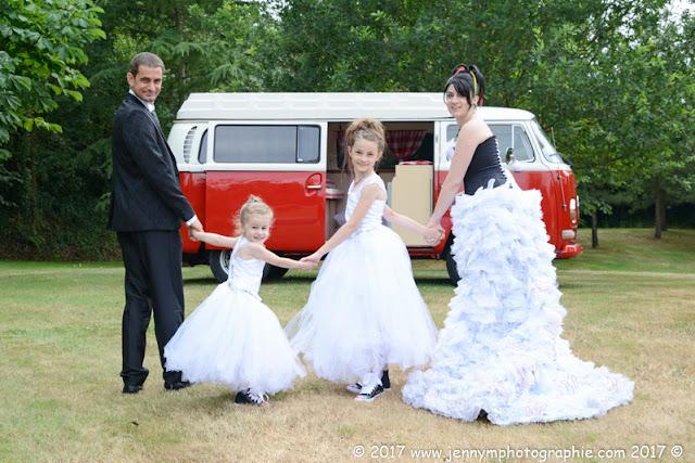 portrait des mariés avec leurs enfants et combi volkswagen rouge