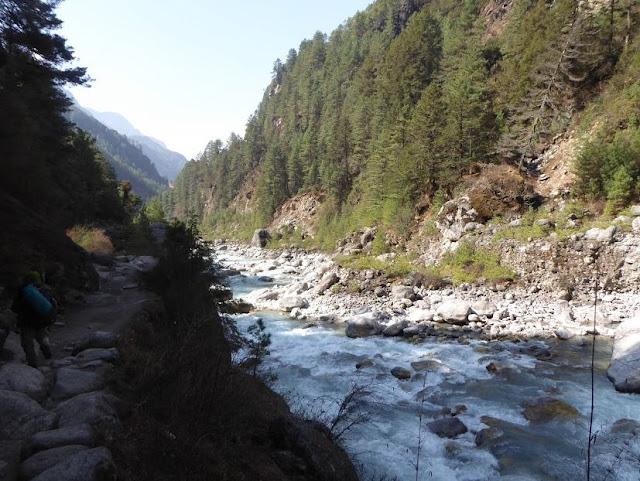 sentiero lungo il torrente tra phakding e namche