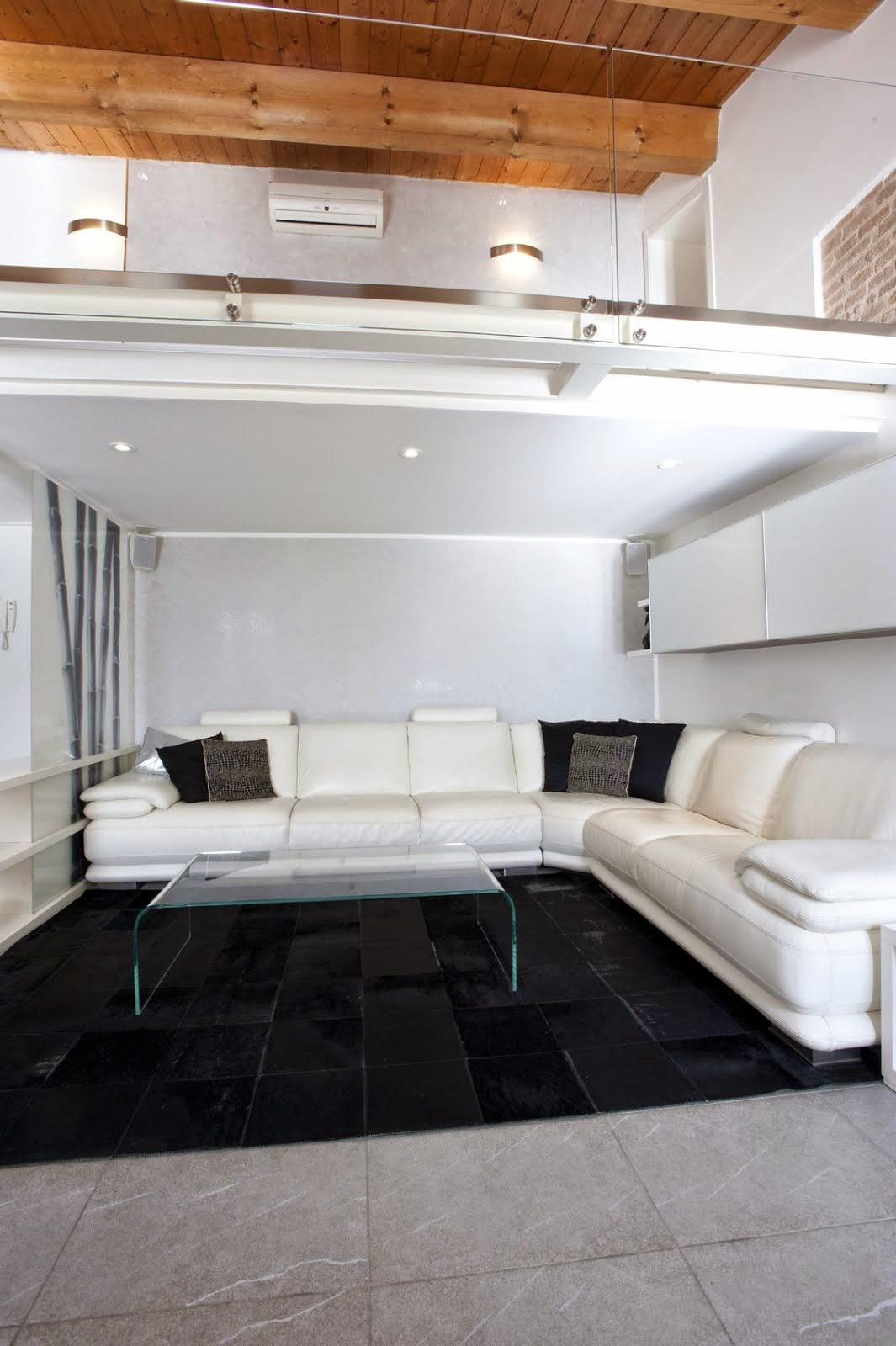 Per informazioni commerciali appartamento in residence for Divano davanti porta finestra