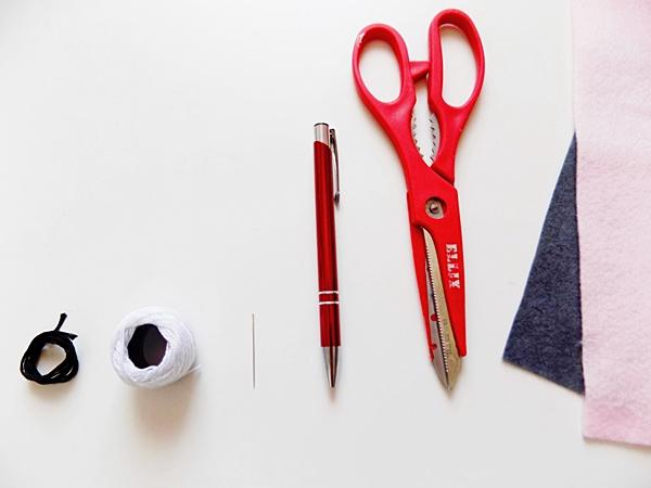 Narzędzia      czarna mulina     biały kordonek/mulina     igła     długopis/ołówek     nożyczki     arkusze filcu szarego i różowego