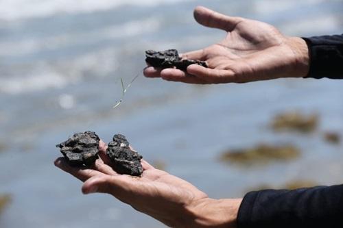 Inspeção do maior navio da Marinha acha contaminação por óleo em praia do Ceará