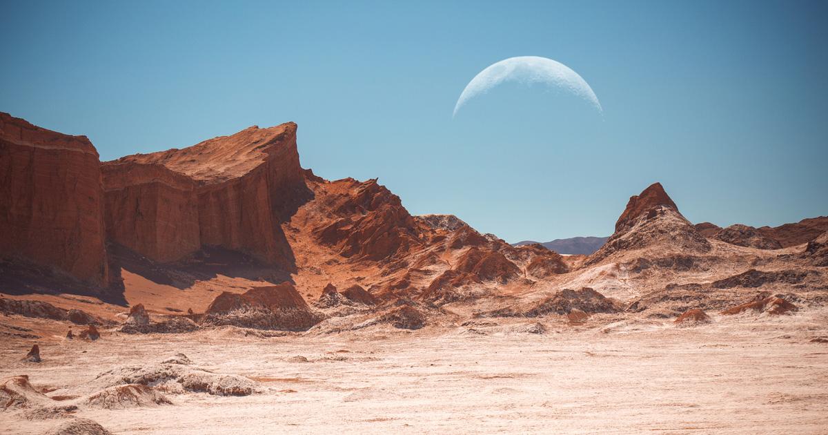 Луна над пустыней Атакама в Чили