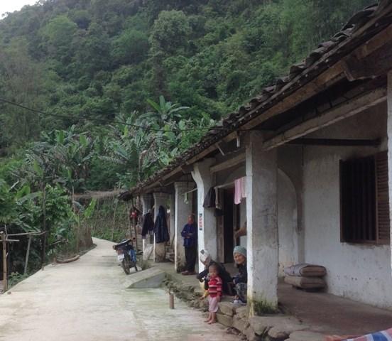 Dãy nhà trình tường của người Dao Tiền tại xóm Bản Chang.