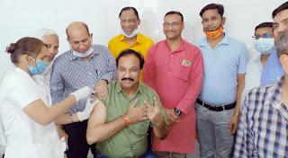 भाजपा नेता डॉ रमेश दुबे ने पूरे परिवार सहित लगवाया कोरोना टीका
