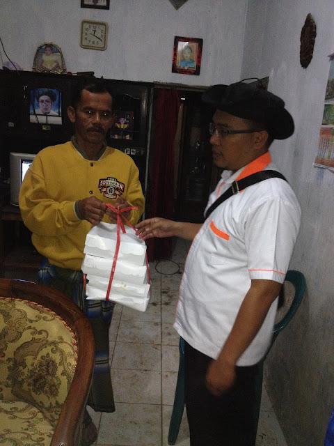 Nasi kotak untuk Rahman dan keluarganya
