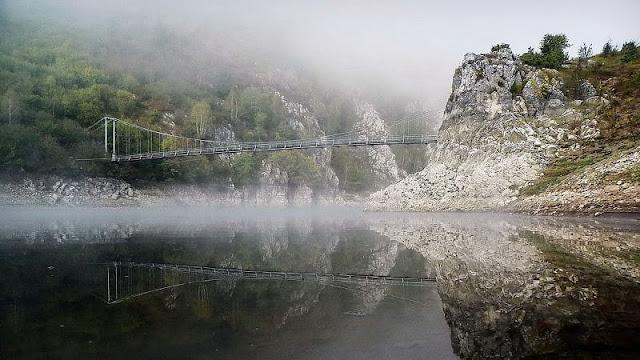 Pemandangan berkabut Uvac Valley yang begitu menakjubkan di pagi hari