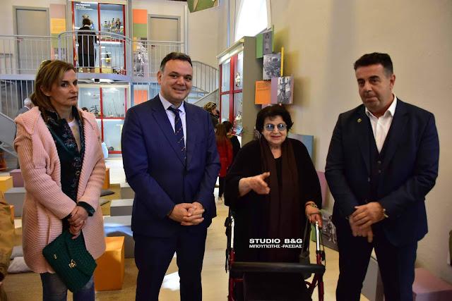 """Ναύπλιο: Εγκαίνια από τον Δήμαρχο Ναυπλιέων παρουσία του Γ.Γ. Πολιτισμού της έκθεσης """"Παιδιόθεν..."""" (βίντεο)"""