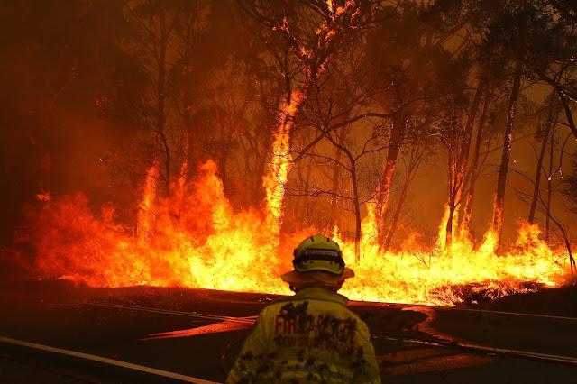 حرائق أسترالية تنذر بتدمير ثلث العالم