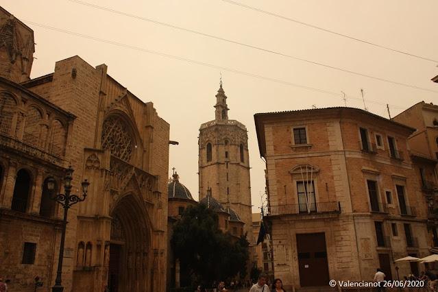 La Plaza de la Virgen en Valencia bajo el humo y las cenizas del incendio del 2012.