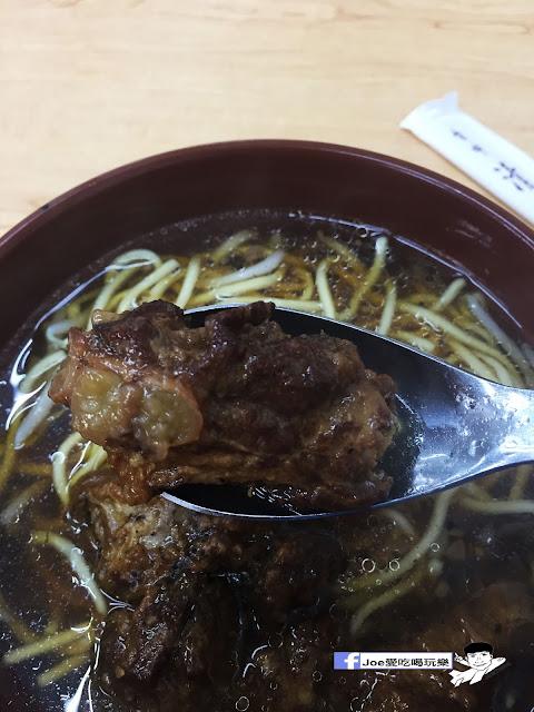 IMG 9604 - 【台中美食】來自豐原廟東的清水排骨麵,經過酥炸的排骨,在進行蒸煮,讓排骨吃起來軟爛軟爛超級好吃!!! | 清水排骨麵 | 廟東 |