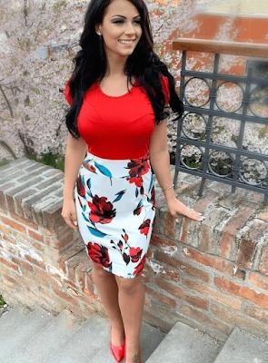 vestido en rojo y blanco con flores rojas