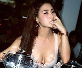 gai-nhay-vu-truong-khong-mac-do-lot-do-lo-mu