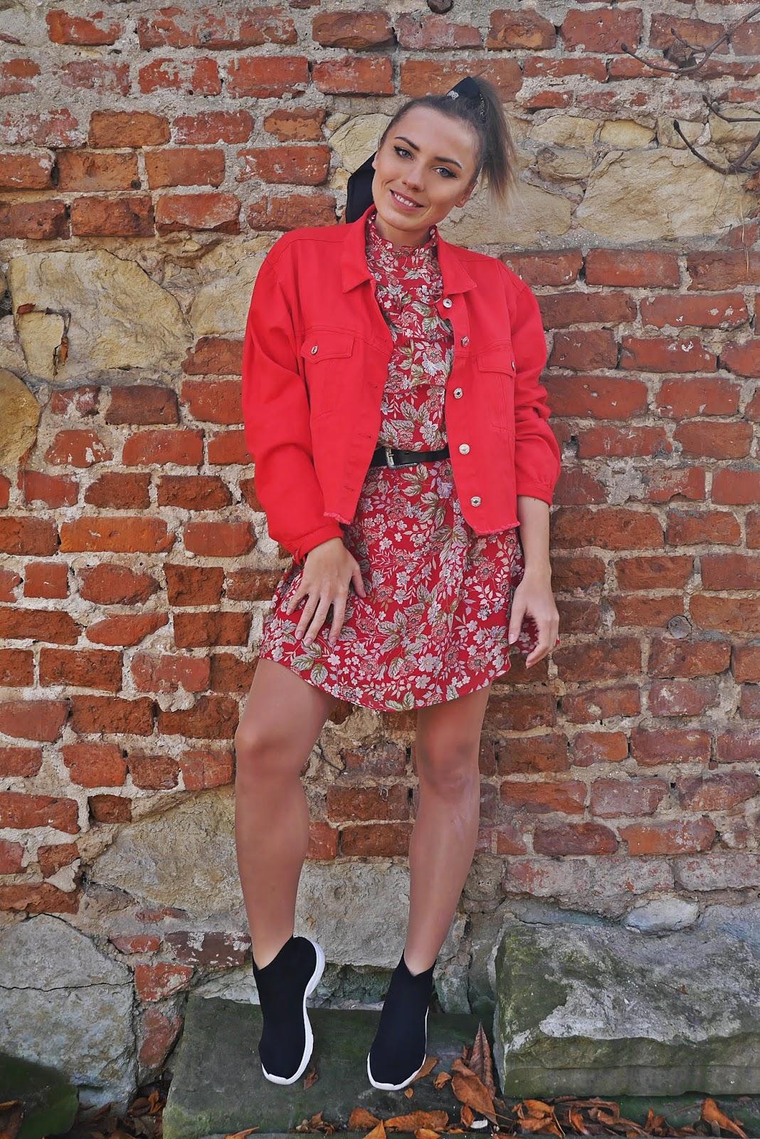 Czerwona jeansowa kurtka sukienka w kwiaty bonprix skarpetkowe botki renee karyn blog modowy