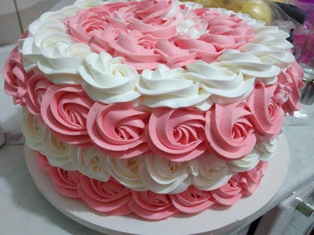 Receita de bolo de aniversário confeitado de leite ninho com mousse e maracuja