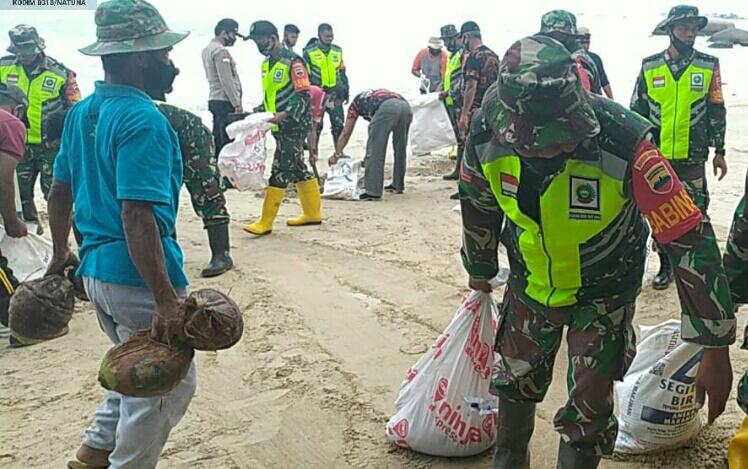 TNI dan Polri Bersama Instansi Terkait Memperbaiki Pantai Objek Wisata Geopark Batu Kasah