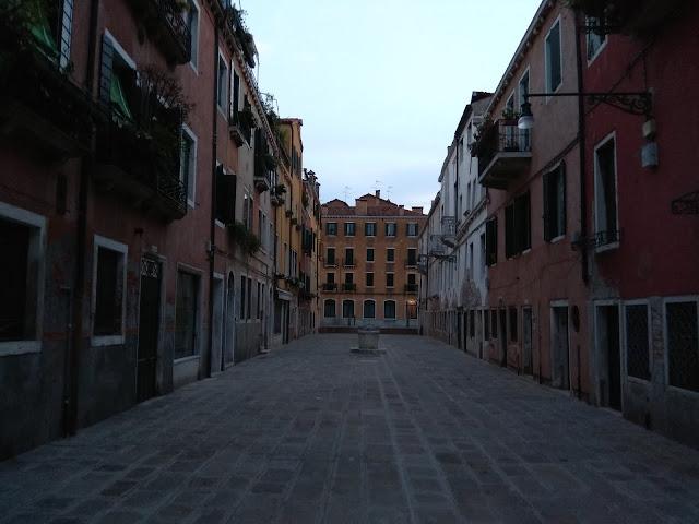 llegando a Venecia en barco desde el aeropuerto