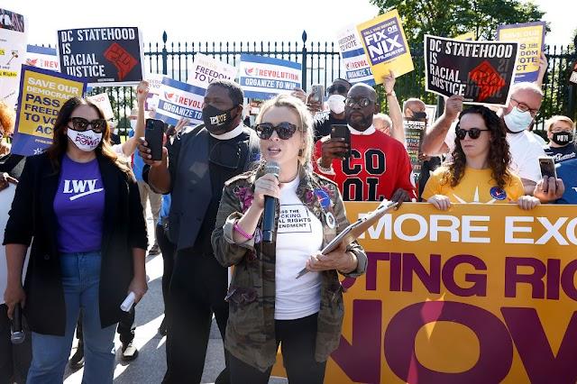Alyssa Milano arrestada durante una protesta por el derecho al voto en la Casa Blanca