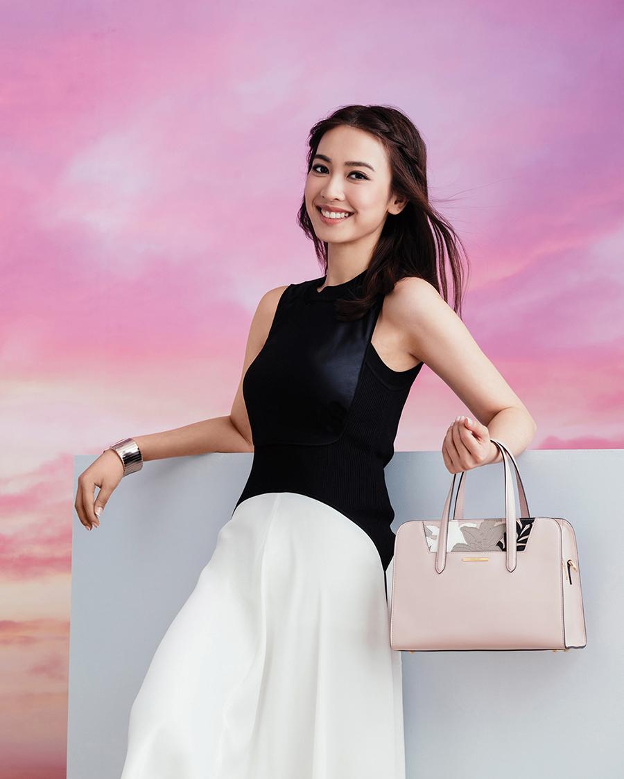 Tracy Chu artis hongkong seksi pakai Tanktop hitam