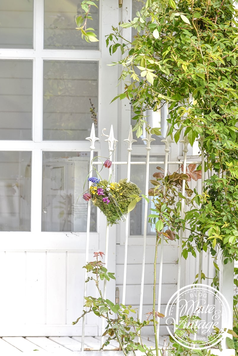 Dekoherz aus Moos und Blumen basteln.