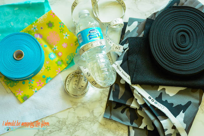 Crossbody Water Bottle Holder | Make this fun and simple bottle holder to keep everyone hydrated! Great for theme park-wear, long walks, and all of the times when you need a bottle of water all the time!