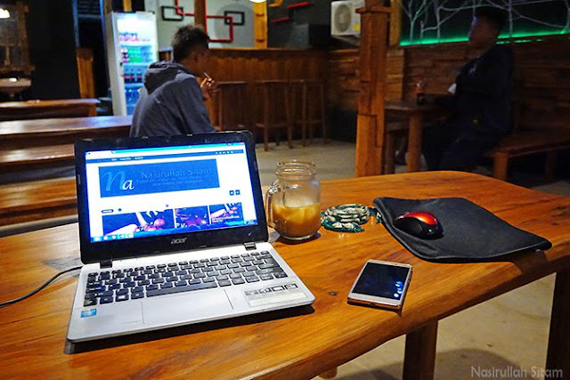 Membuka laptop di Planet Coffee Karimunjawa