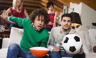 للمتزوجات كيفية التعامل مع زوجك المهووس بمشاهدة المباريات