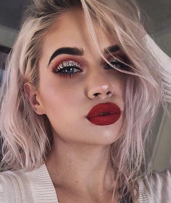 Maquillaje rojo con glitter plateado
