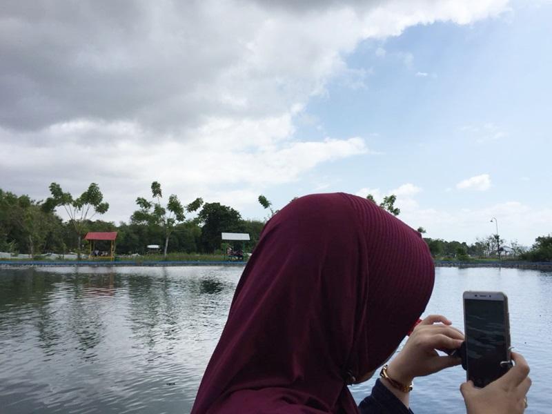 7 Daftar Keinginan DI Tahun 2021, woman in lake, swastikha.com, wanita di pinggir danau
