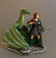 statuette stile film harry potter ragazza serpeverde boccino drago orme magiche
