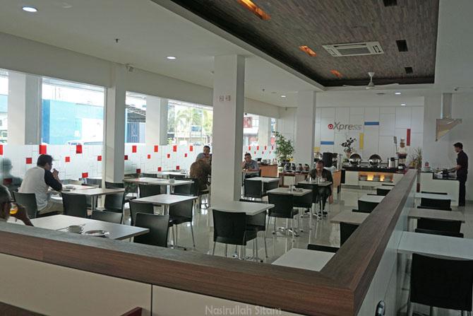 Restoran tepat di depan resepsionis