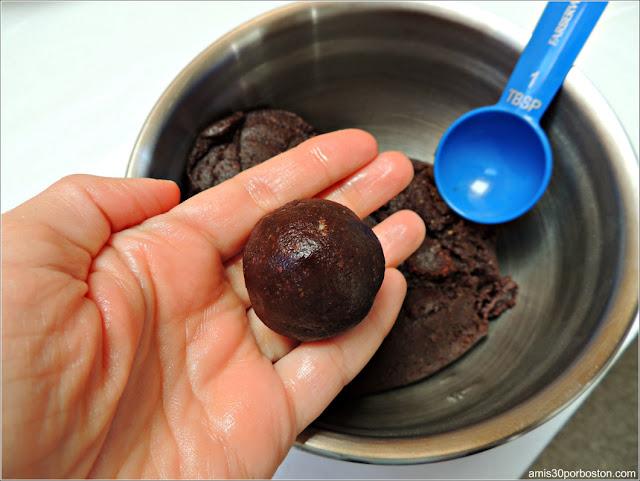 Bola de Masa de las Galletas Crinkles de Chocolate y Coco